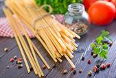 Ruwe pasta met tomaten — Stockfoto