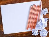 Papier avec des crayons — Photo