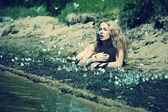 Linda loira na praia com borboletas — Fotografia Stock