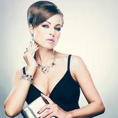 Mujer hermosa con maquillaje de noche. joyería y belleza. foto de moda — Foto de Stock