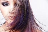 Ritratto di donna giovane e bella con capelli castani lunghi colorato e luminoso make-up — Foto Stock