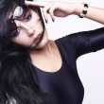 Fashion portrait of a beautiful young sexy woman wearing sunglasses — Stock Photo