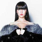 Mulher atraente com casaco de pele de raposa azul — Fotografia Stock