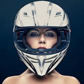 Sexy žena v helmu na tmavém pozadí — Stock fotografie