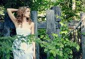 Retrato da mulher loira bonita floresta de fadas — Foto Stock