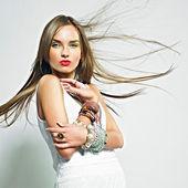 Pěkná dívka s bižuterie. módní fotografie — Stock fotografie