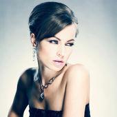 όμορφη γυναίκα με βραδυνό μακιγιάζ. κοσμήματα και ομορφιά — Φωτογραφία Αρχείου