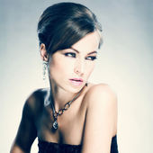 Beautiful woman with evening make-up. Jewelry and Beauty — 图库照片