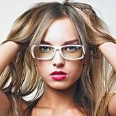 Sexy femme blonde à lunettes — Photo