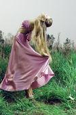 Krásná dívka v zelené trávě — Stock fotografie