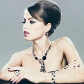 Mujer con maquillaje y joyas — Foto de Stock