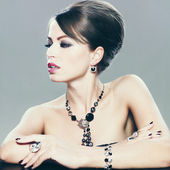 Vrouw met make-up en sieraden — Stockfoto
