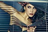 мода фото чувственный женщина брюнетка с блестящей вьющимися волосами — Стоковое фото