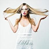 Piękne blond kobieta w okularach — Zdjęcie stockowe
