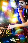 Dj suonando musica progressiva electro house discoteca al concerto — Foto Stock