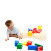 Baby spielt mit hellen blöcke — Stockfoto