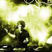 Dj playing disco house progressive electro music at the concert — Fotografia Stock
