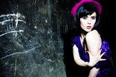 Bella ragazza bruna con cappello — Foto Stock