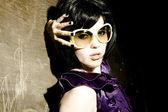 太阳镜的黑发女孩 — 图库照片