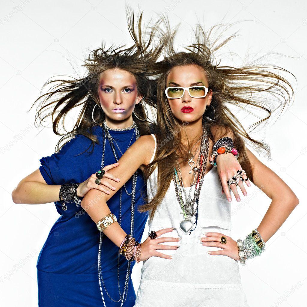 Chicas guapas con bisutería. Foto de moda \u2013 Imagen de stock