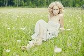 Krásná žena v poli na trávě — Stock fotografie