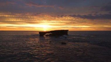 Roccia standalone e tramonto sull'oceano — Video Stock