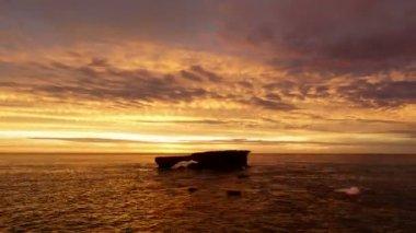 Autonomiczne skale i zachód słońca na oceanie — Wideo stockowe