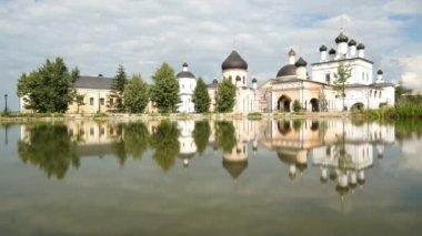 著名的俄罗斯修道院 davidova pustin — 图库视频影像