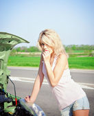 Blonde girl stands near the broken car — Stock Photo