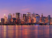 New york'un manhattan alacakaranlıkta panorama — Stok fotoğraf