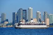 Toronto skyline mit boot, stadtarchitektur und blauer himmel — Stockfoto