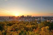 Amanecer de montreal han consultado de mont royal con el horizonte de la ciudad en el — Foto de Stock