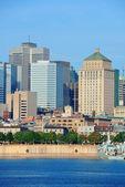 Horizonte da cidade de Montreal sobre o rio — Fotografia Stock