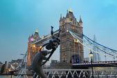Tower bridge et statue — Photo