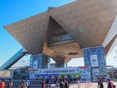 TOKYO, JAPAN - November 23, 2013: Entrance of Tokyo Big Sight to the 43rd Tokyo Motor Show — Stock Photo