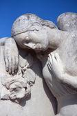 Standbeeld van vrouwen op graf — Stockfoto