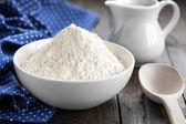Mehl in eine schüssel geben — Stockfoto