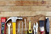 在木材上什锦的工作工具 — 图库照片