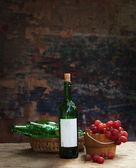葡萄酒瓶和葡萄 — 图库照片