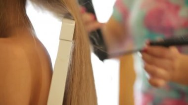 Setting bride's hair — Stock Video
