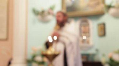Kutsal ritüel. papa bir kilise ayini tutar. — Stok video