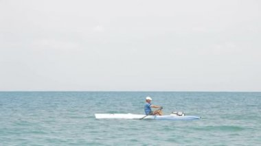 Kayak boat in the sea — Stock video