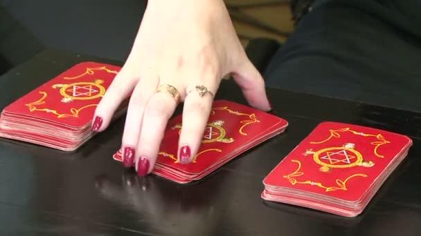 Adivinación con las cartas de taro — Vídeo de stock