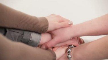 手を繋いでいる家族のメンバー。ビデオを編集しました。手を繋いで. — ストックビデオ