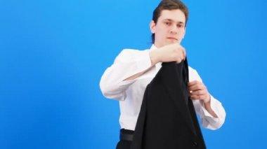 Man getting dressed — Stock Video