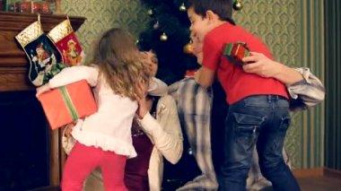 Kaç çocukları ile noel kutluyor. aile ile kutluyor. — Stok video