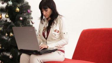 Moeder en zoon met behulp van een laptop. familie laptop. — Stockvideo