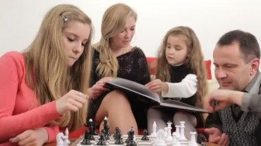 Father playing chess with his daughter. Playing chess. — Stock Video