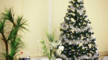 Parkling Christmas tree and other holiday decorations. — Stock Video
