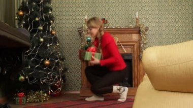 Mother hiding gifts for Christmas. — Stock Video